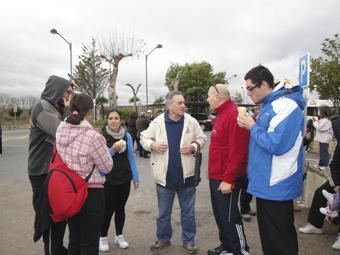 Los jóvenes cuentan a Chuchi el proyecto y las actividades en la participan.