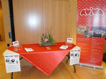 Mesa informativa sobre la obra y la Asociación AVIVA.