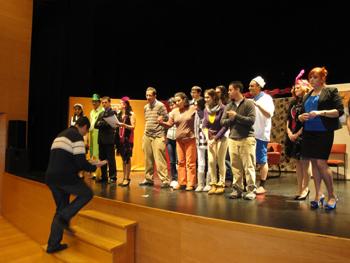 El grupo de Teatro invitó a los jóvenes de AVIVA a subir al escanario a bailar con ellos un Villancico.