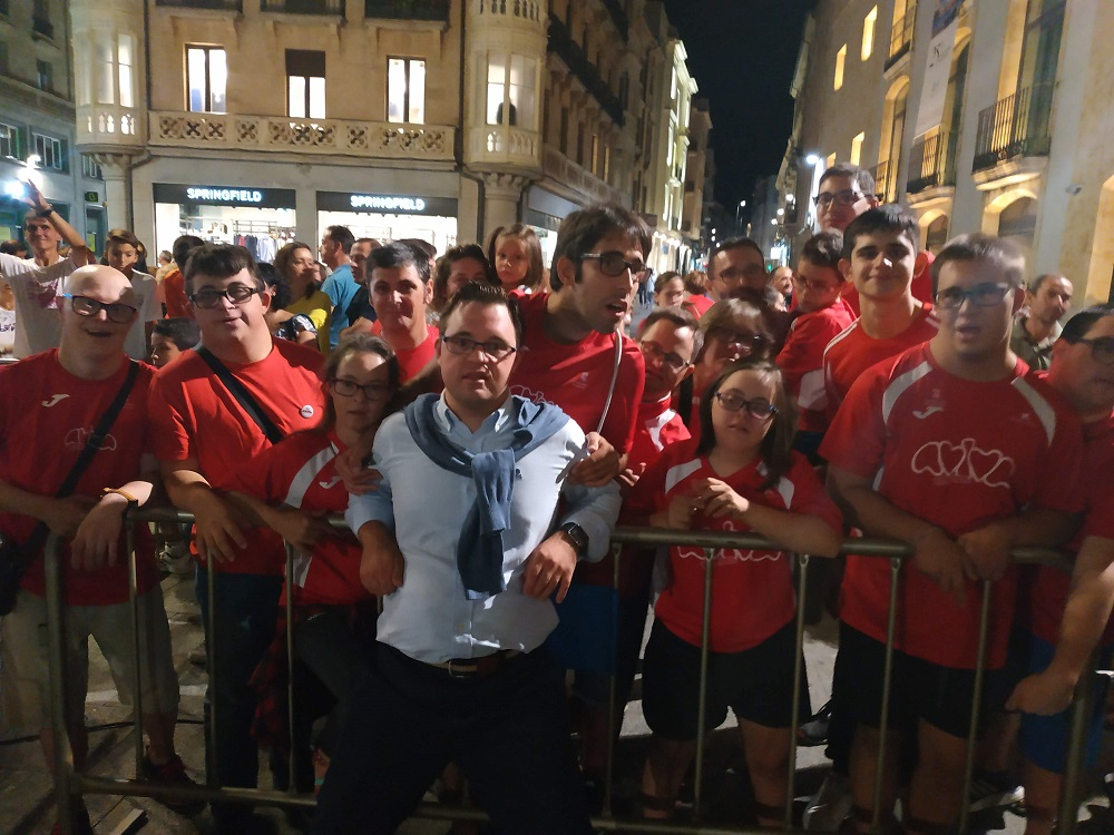 Chicos y chicas de AVIVA con Álvaro del Bosque