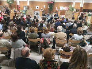 El público abarrotó la sala infantil de la biblioteca Torrente Ballester.
