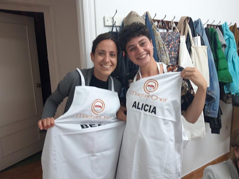 Nuestras voluntarias, Beatriz y Alicia, se han ganado con creces el mandil de chefs