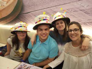 Los tres cumpleañeros, Tamara, Pablo y Susana, durante la celebración, junto a Beatriz.