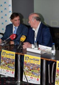 El alcalde de Salamanca, Carlos García Carbayo, con Vicente del Bosque durante la presentación del encuentro.
