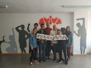 Los técnicos de AVIVA y la técnico de PRODE posan en grupo en una de las salas de AVIVA.