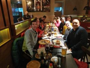 Grupo de adultos, celebración y reunión de puesta en común para comenzar a organizar las vacaciones.