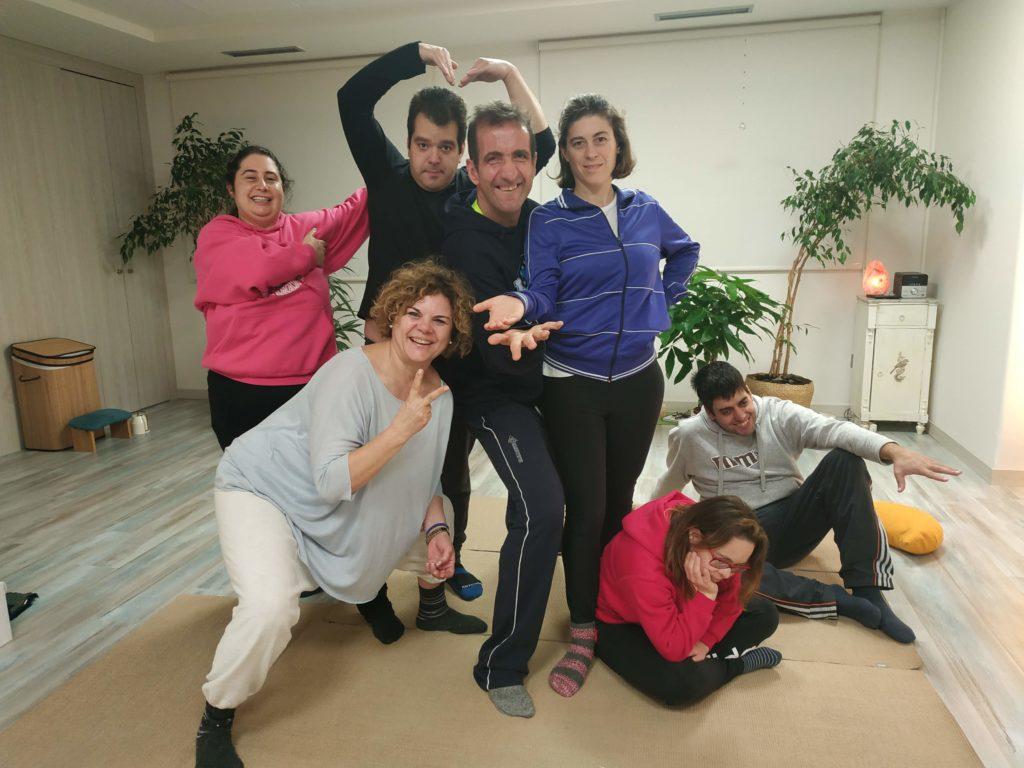 Participantes en el taller de atención, gestión emocional y relajación con adultos.