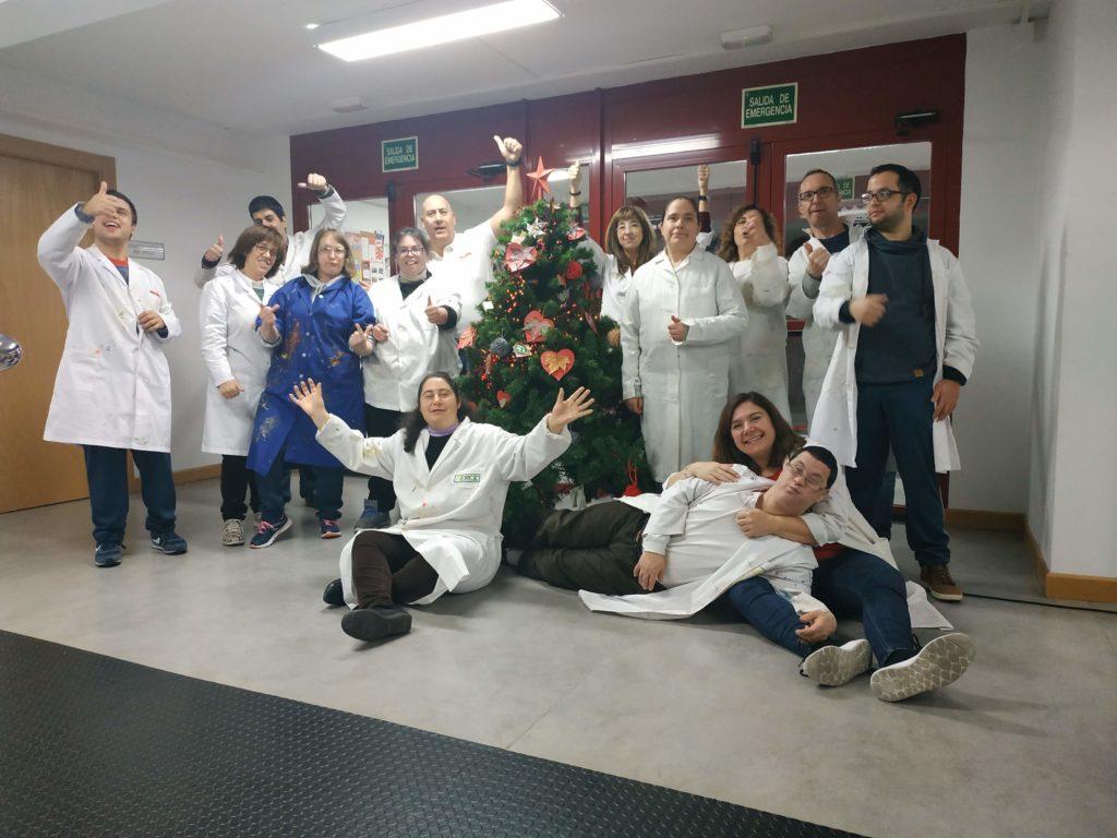 Los participantes del taller de artes plásticas decoramos el árbol del centro Luis Vives.