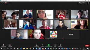 Imagen de varios participantes en la clase de lengua de signos