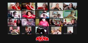 Video-conexión con los participantes representando un corazón con sus manos.