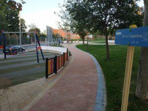 Entrada al parque con cartel informativo sobre la zona deportiva