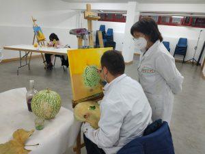 Participantes en el taller de artes plásticas pintando