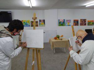 Compañeros de artes plásticas iniciando sus cuadros